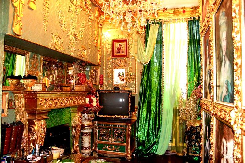 Это фото попало в сеть из сайта по торговле недвижимостью, и владелец жилья хотел за свою двушку… больше 8 миллионов рублей! Ещё бы, с таким-то интерьером
