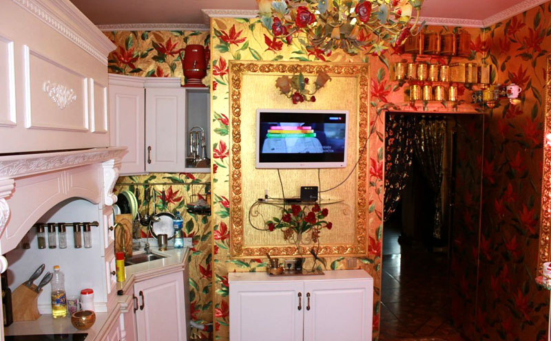 А чего стоит кухня в этой квартире! Вы только взгляните на эти золотые обои на шести метрах роскоши!