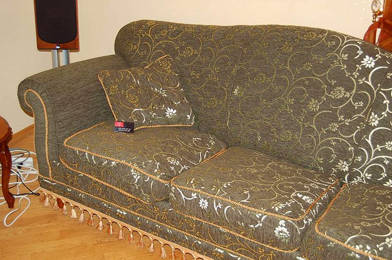 Если каркас дивана в хорошем состоянии, но обшивка сильно устарела, выберите новый простой материал