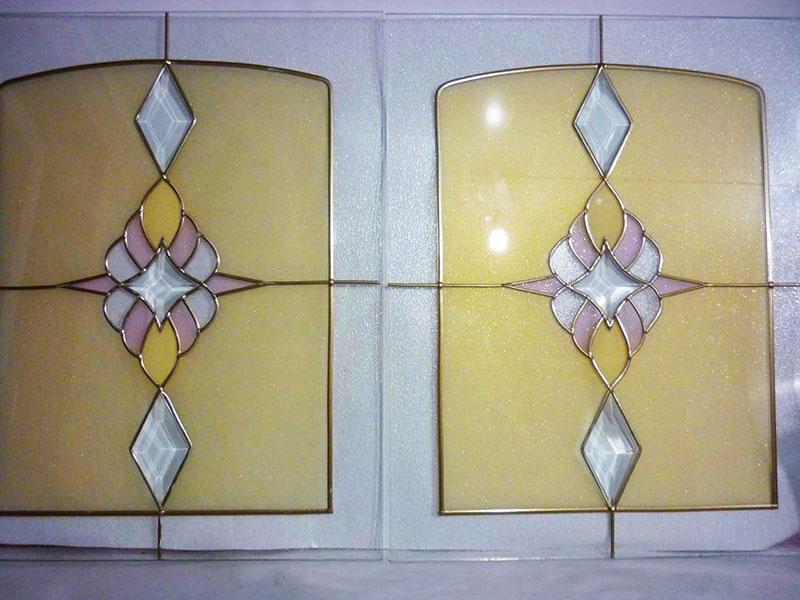 Замените стеклянные вставки на кухонном гарнитуре – это выйдёт намного дешевле полной замены мебели
