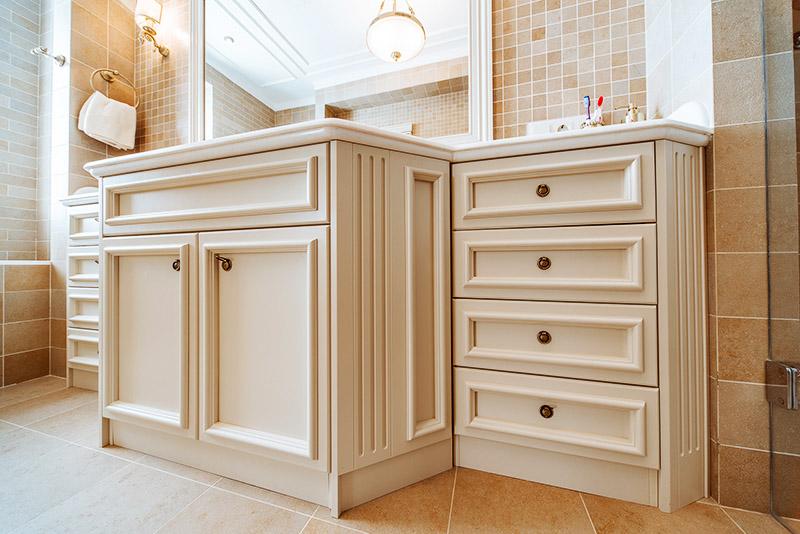Лучше всего смотрится мебель, выкрашенная в белую матовую краску после приклеивания «лепнины»