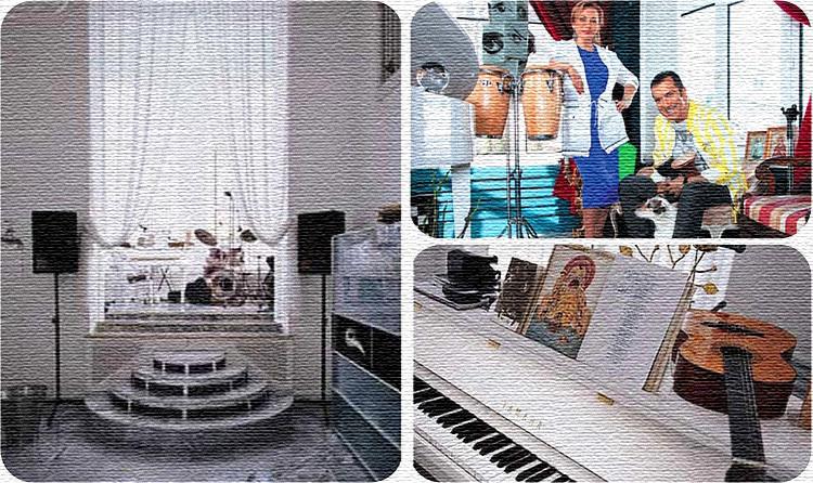 Музыкальная студия расположена в просторном эркере, на который нужно подняться по мраморным ступенькам