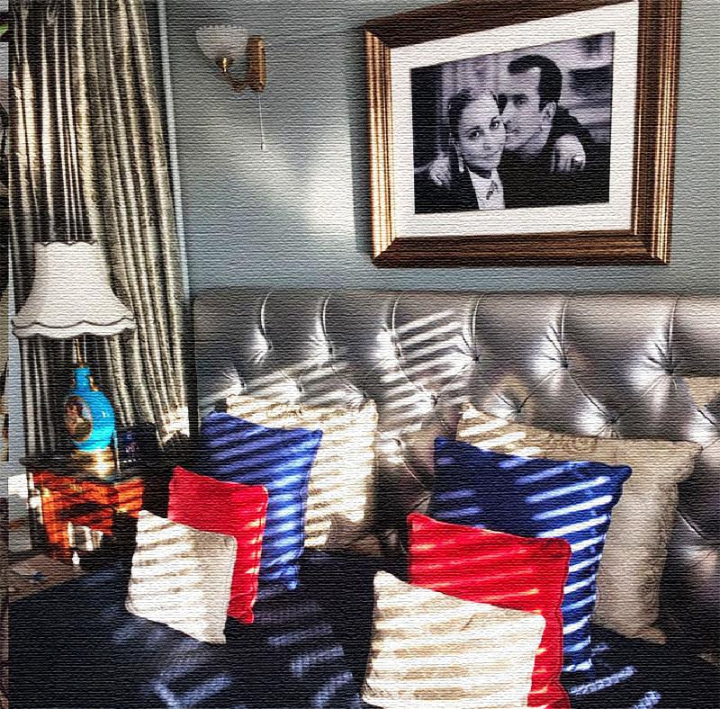 Над изголовьем кровати в спальне висит портрет супругов