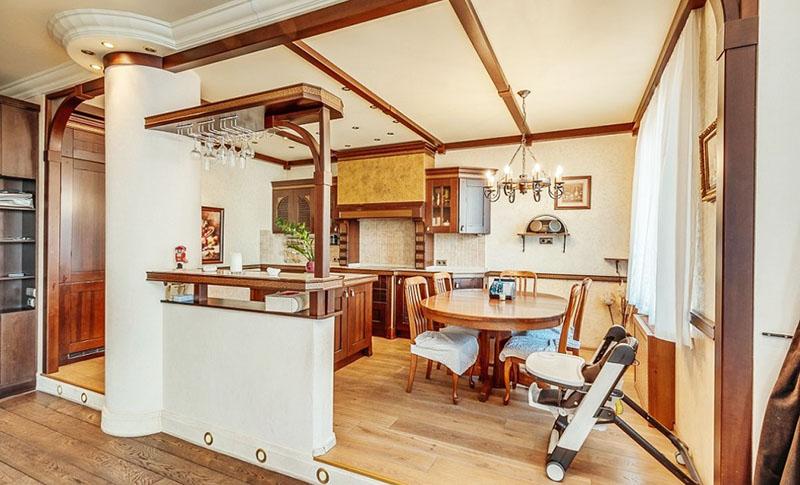 Стены кухни украшает несколько открытых полочек из массива на кованом каркасе