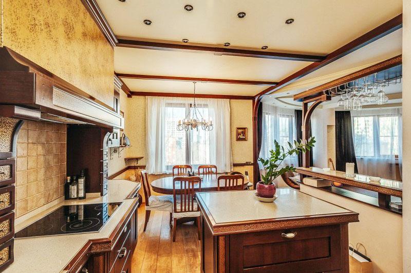 Удобный остров служит и местом для хранения кухонной утвари, и рабочей зоной