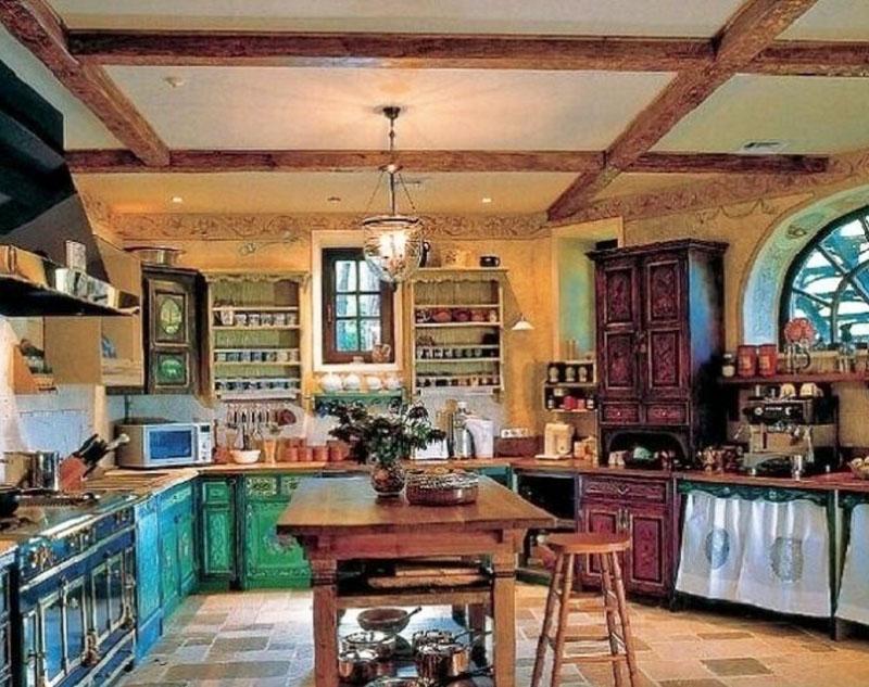 Андрей Кончаловский и его семья обживают роскошный дом в русском стиле
