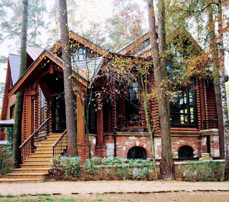 Дом режиссёра стоит в окружении соснового леса