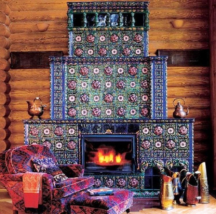 Перед камином обустроили уютную зону отдыха с роскошным креслом и небольшой подставкой для ног