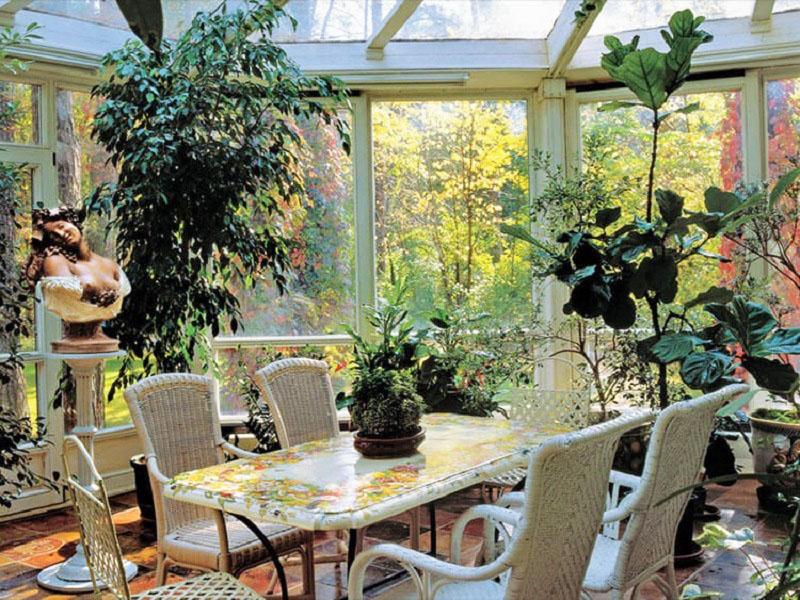 Благодаря панорамному остеклению в зимнем саду созданы идеальные условия для растений
