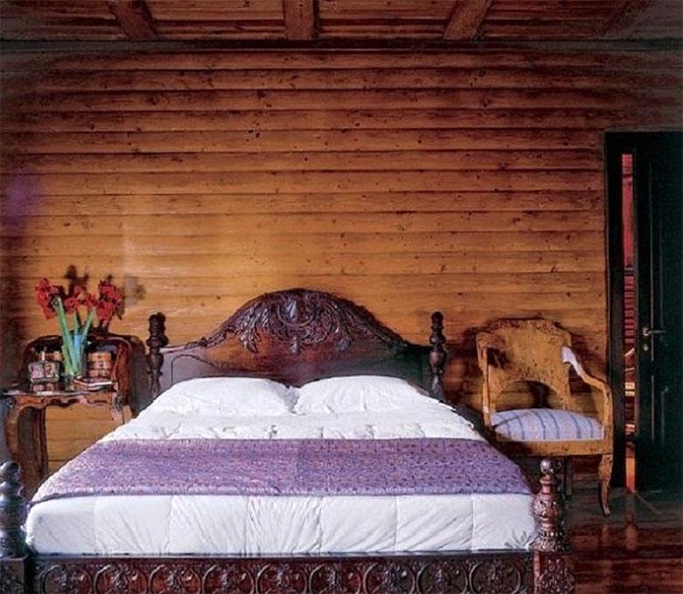 Антикварное кресло и старинная консоль-бюро идеально дополняют остановку спальни