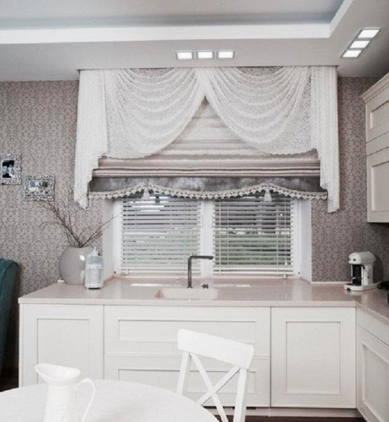 На окне установили белые горизонтальные жалюзи и повесили римскую шёлковую штору с белоснежным ламбрекеном из тюля