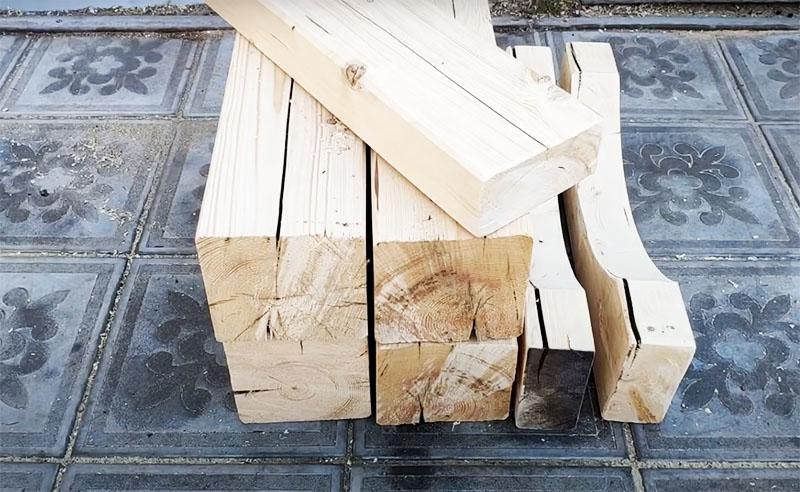 Готовые детали для сборки конструкции подставки: 4 «ноги», две поперечные детали с округлой выемкой и одна прямая доска для соединения