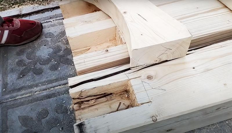 В кусках бруса нужно выдолбить пазы, в которые будут установлены детали с округлой выемкой