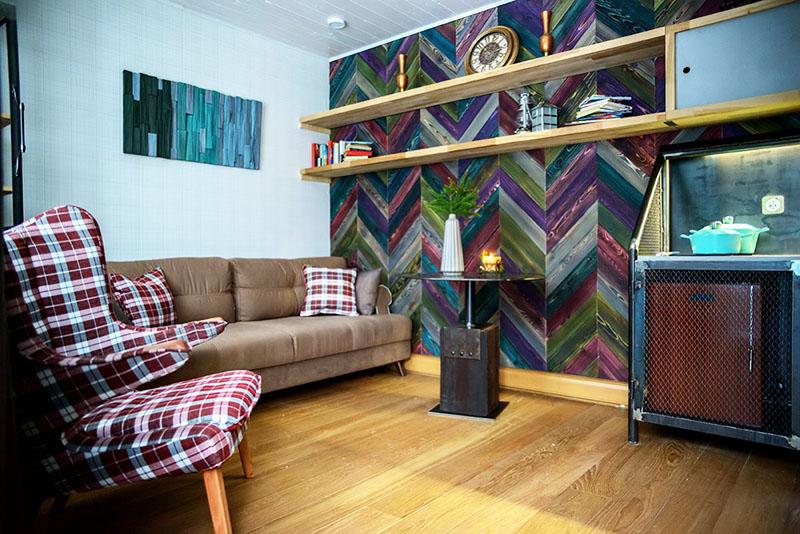 Стену над диваном украсили панно из декоративных плашек