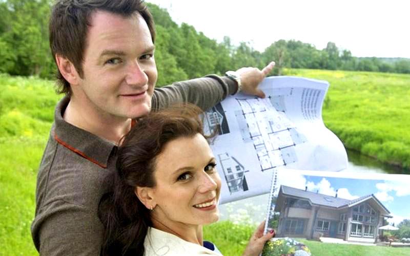 Алексей и Мария выбрали проект дома из сруба, такое строение идеально вписалось в окружающую природу