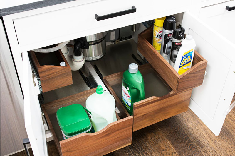 Чтобы у вас было место для приобретаемых бытовых средств, установите под мойку выдвижные или обычные деревянные ящики