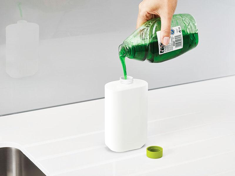 Если вы регулярно используете одно и то же моющее средство, переливайте его в отдельную удобную бутылку