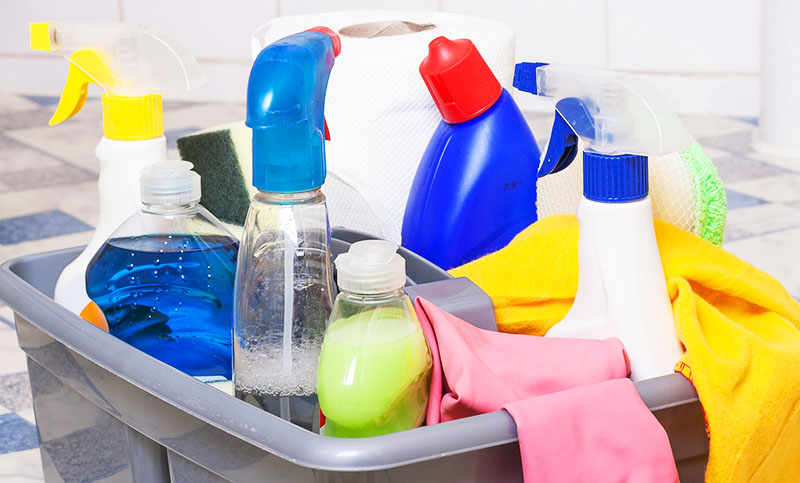 Иногда проверяйте состояние коробки, в которой вы храните чистящие средства, и если обнаружите, что одна из бутылок протекает, замените её на новую