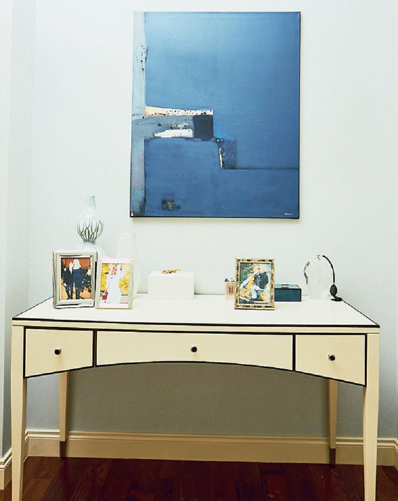 Над рабочим столом весит эффектное полотно, написанное в стиле современного минимализма