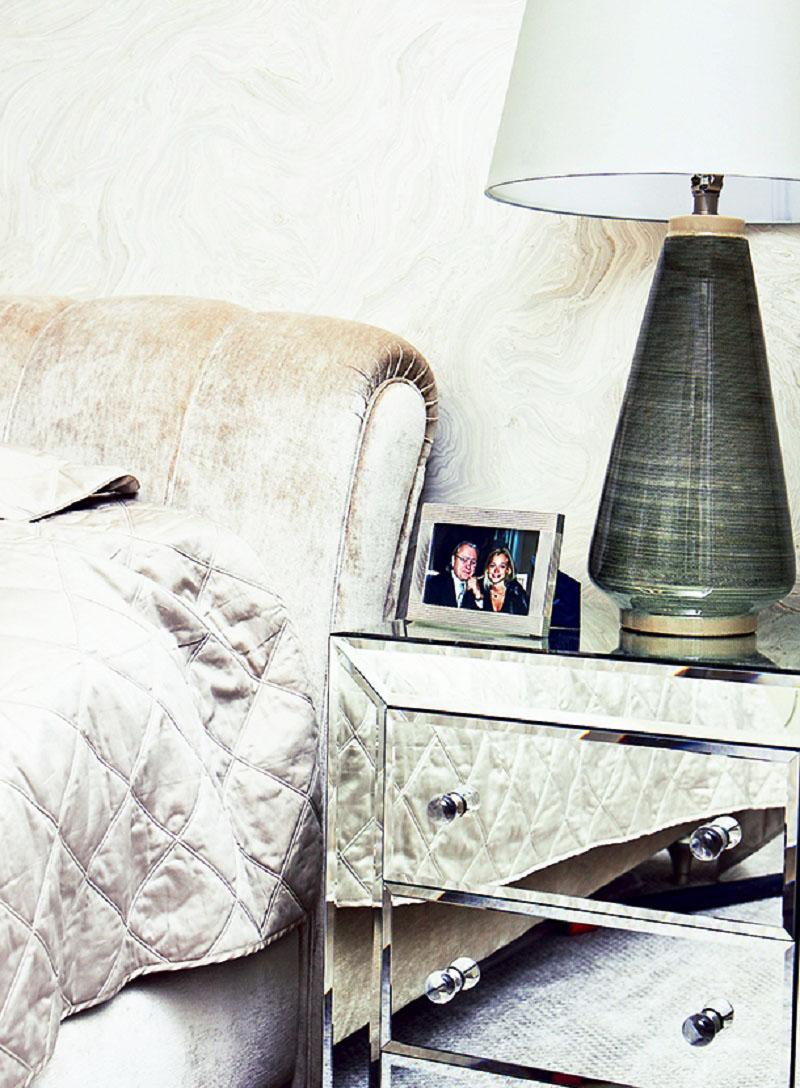 Интерьер спальни выдержан в общей стилистике: максимум зеркал и глянца