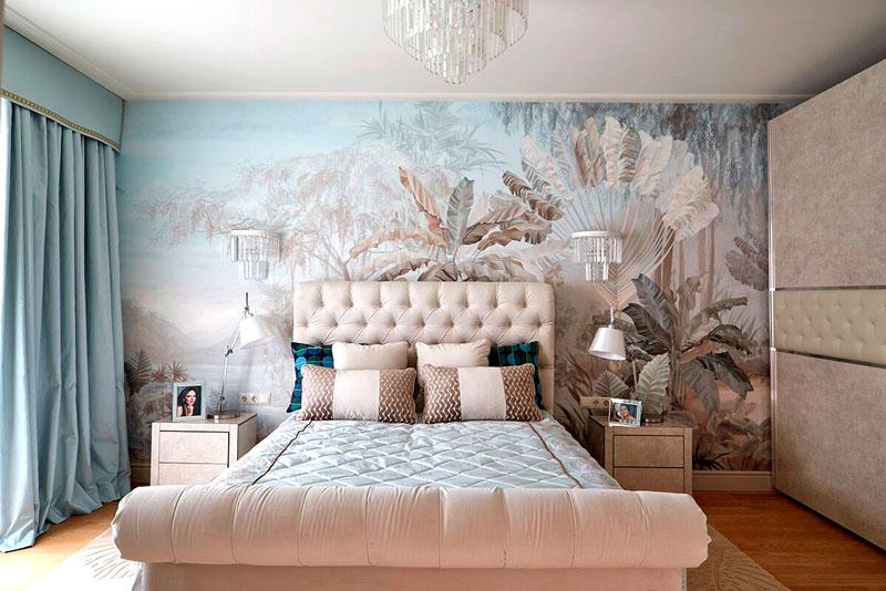 Вся цветовая гамма в интерьере перекликается с настенной фреской