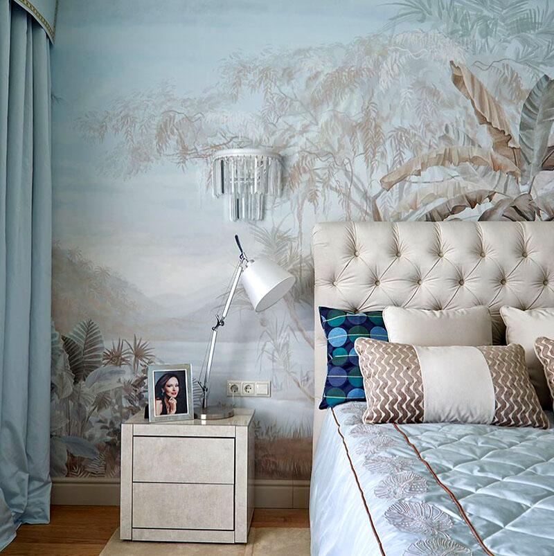 Высокая спинка кровати частично закрыла изящную настенную фреску