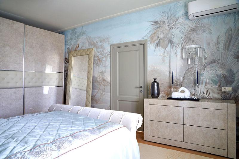 В спальне установили современный кондиционер, работающий как на обогрев, так и на охлаждение