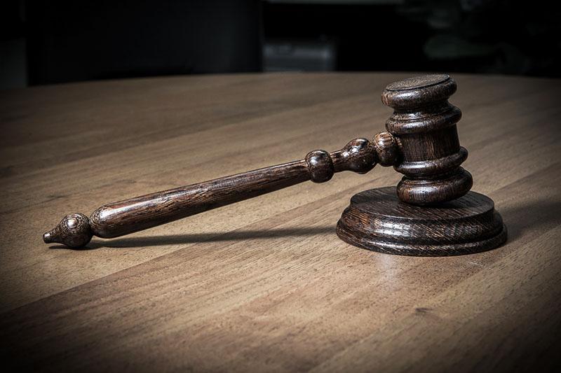 Обращение в суд – крайняя мера. Если вы хотите решить вопрос с соседями в суде, обязательно пройдите процедуру досудебного урегулирования спора, а также соберите как можно больше доказательств нарушения ваших прав