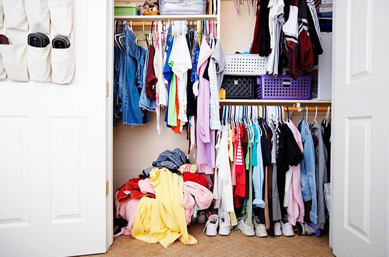 Если сомневаетесь, оставить вещь или выбросить, отложите её на пару дней, но главное, уберите из шкафа