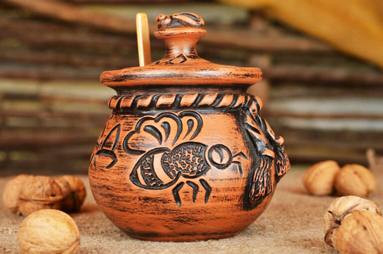Мёд в глиняном горшочке
