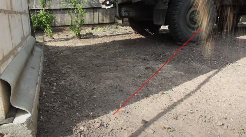 По разрыхлённому грунту равномерно распределяются семена многолетней газонной травы