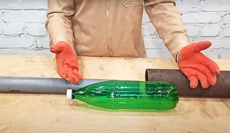 А между тем, решение буквально находится в вашем мусорном ведре, и это – обычная пластиковая бутылка. Главное – чтобы её диаметр подходил к трубе большего размера