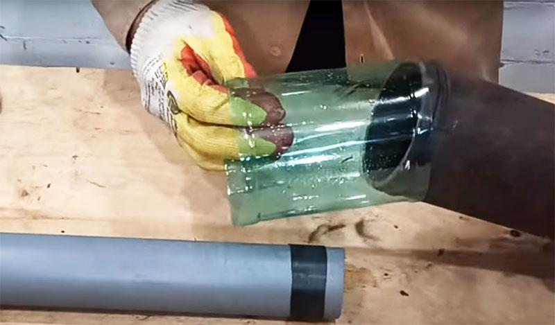 Один конец кольца из полторашки наденьте на широкую трубу, а во второй вставьте трубу меньшего диаметра под нужным вам углом