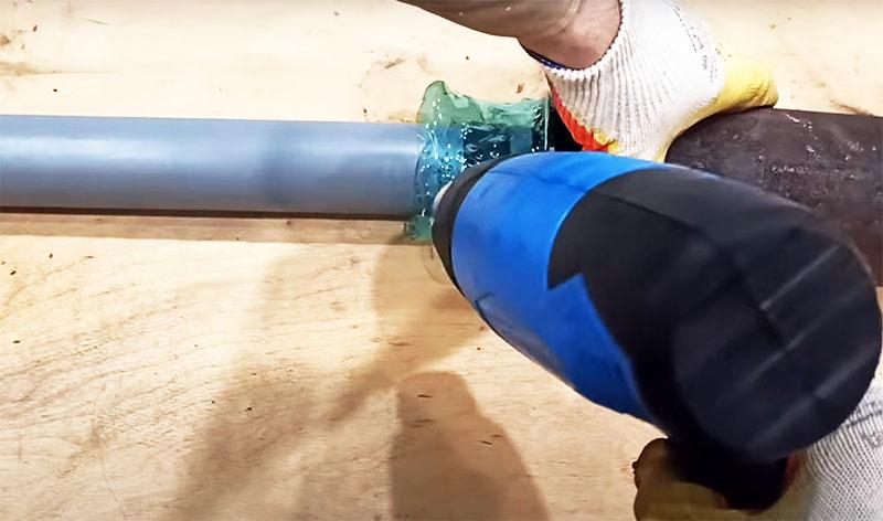 А теперь это как раз тот случай, когда вы можете применить строительный фен, который долго лежал без дела. Старайтесь равномерно нагревать пластик, одновременно поправляя трубы, чтобы они заняли нужное вам положение. Пластик будет сжиматься вокруг резиновой прокладки и плотно прижиматься к трубам. Не переусердствуйте в нагреве, чтобы пластик не потёк и не образовались дыры