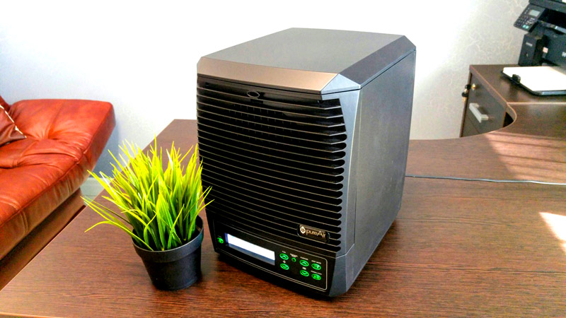 Ионизатор – небольшой прибор, ионизирующий воздух. Хорошо очищает комнаты от пыли и посторонних ароматов