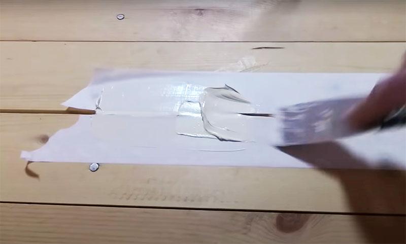 Затем узким металлическим шпателем вы можете заполнять щель герметиком, плотно затрамбовывая его по всей поверхности
