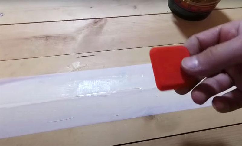 Чтобы выровнять шов, вам потребуется маленький резиновый шпатель. Обычно такой инструмент делают с разными краями: острыми и закруглёнными. Вы можете сделать шов с углублением или без него, просто проведите вдоль щели уголком резинового шпателя или ровным срезом для того, чтобы шов ничем не выделялся
