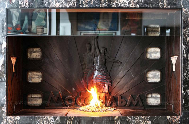 Задняя стенка камина выполнена в металле