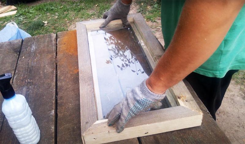 После установки рамы можно вставлять стекло. Оно должно поместиться в нишу рамы