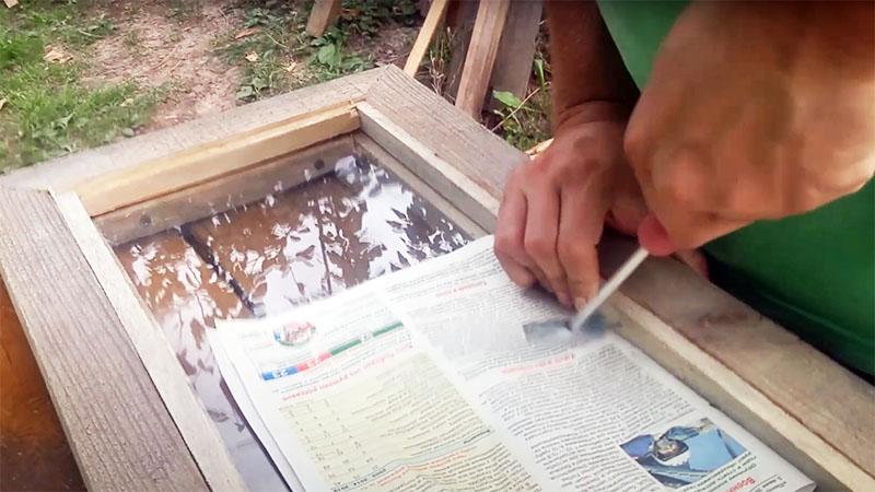 Чтобы случайно не повредить стекло при забивании гвоздей, прикройте его чем-то вроде газеты или куска пенополиэтиленового утеплителя