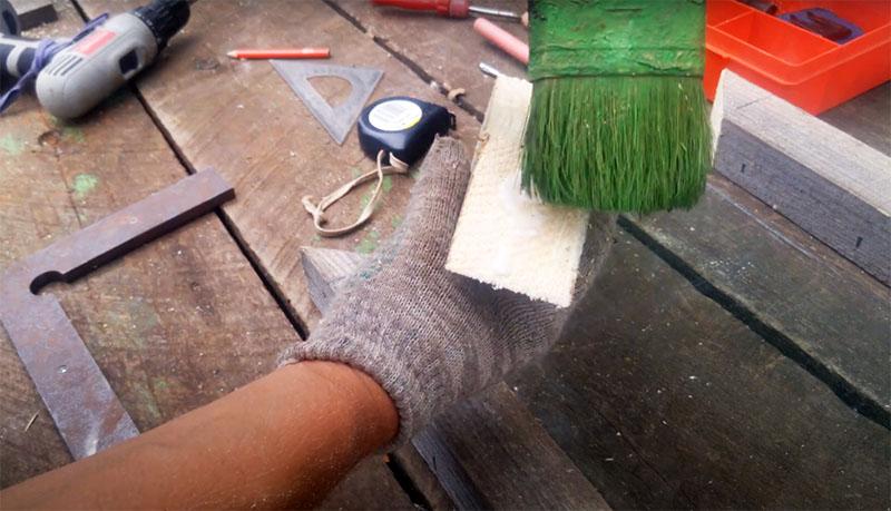 Прежде чем собирать каркас рамы, места распила под 45° промажьте столярным клеем, так соединение получится максимально прочным