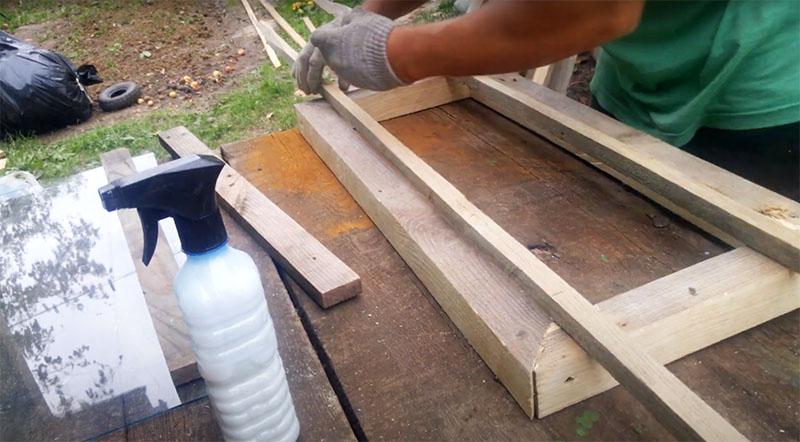 По внутренней стороне рамы нужно отмерить и отрезать рейки 20×20 мм. На каждую раму потребуется 8 реек, по две с каждой стороны