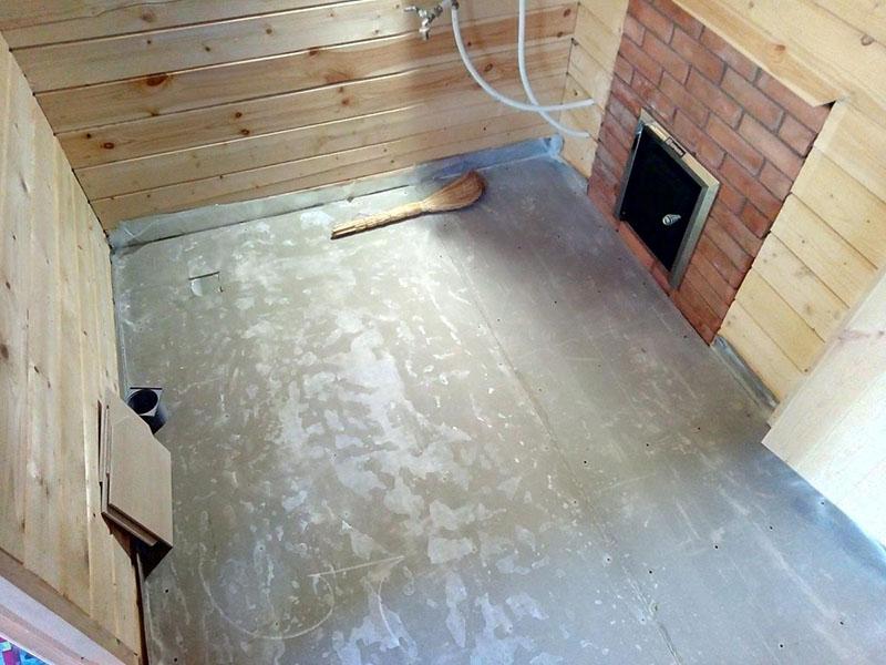 На бетонный пол в бане можно уложить плитку или же собрать деревянные щиты