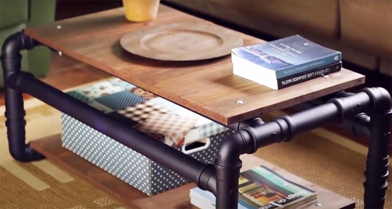 Вот такой журнальный столик отлично впишется в этот стиль, и его тоже можно сделать из обрезков труб. Нужно использовать 8 прямых уголков, 12 тройников, 8 отрезков труб примерно по 15 см и 6 отрезков по 70-80 см. Столешницу можно сделать из пары натуральных досок