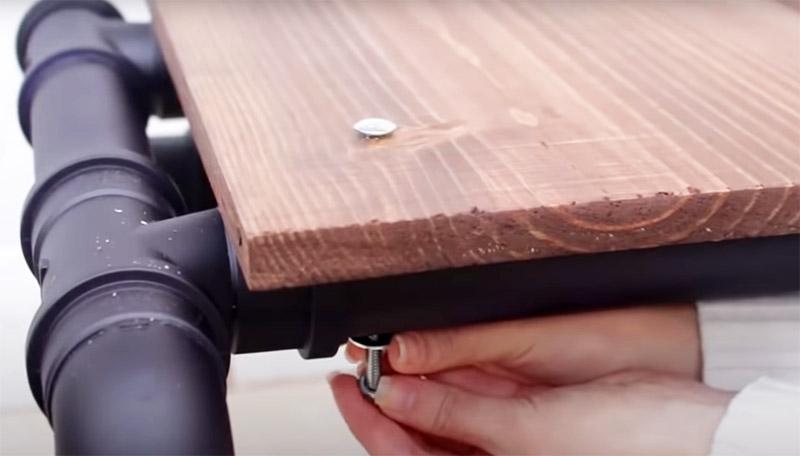 Столешница крепится на болты прямо сквозь отверстия в трубах каркаса. Удобно, если столешницу дополнит полочка внизу для хранения книг и журналов
