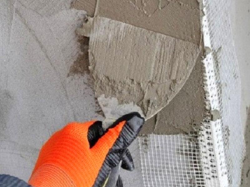 При выполнении наружной отделки обязательно использовать для укрепления откоса армирующую сетку