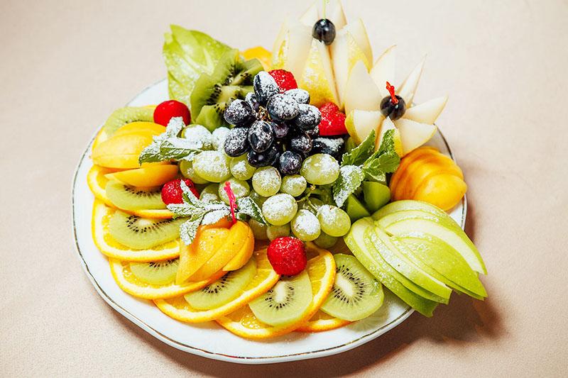 Присыпьте верхушку фруктовой тарелки сахарной пудрой – это смотрится очень красиво