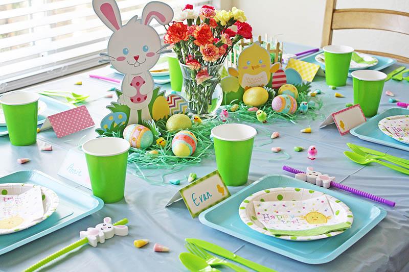 Игрушка в центре стола и яркие тарелки – если ребёнок любит играть с детьми, то ему не будет скучно при таком оформлении даже без использования каких-либо дополнительных декораций