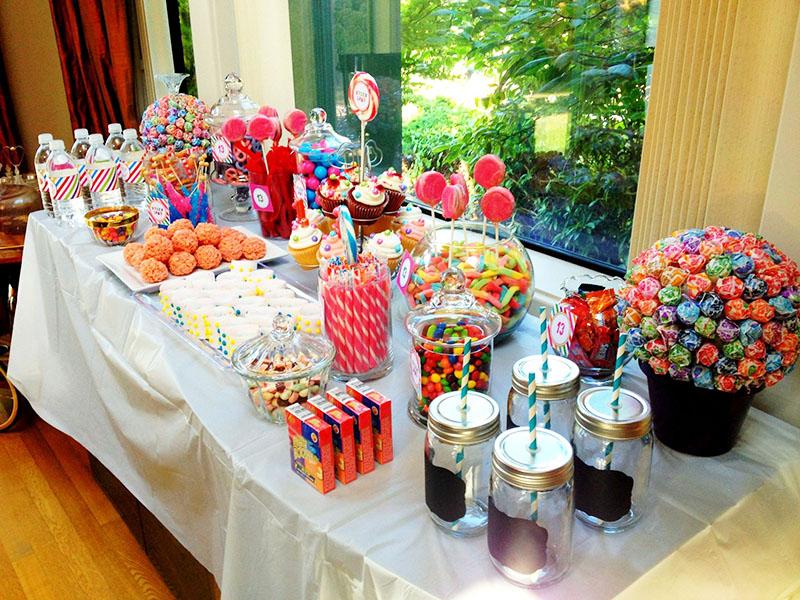 Идеальный формат праздника для подростков – фуршет. Поставьте вкусные сладкие напитки, несколько вариантов закусок на выбор и используйте яркую посуду для оформления стола