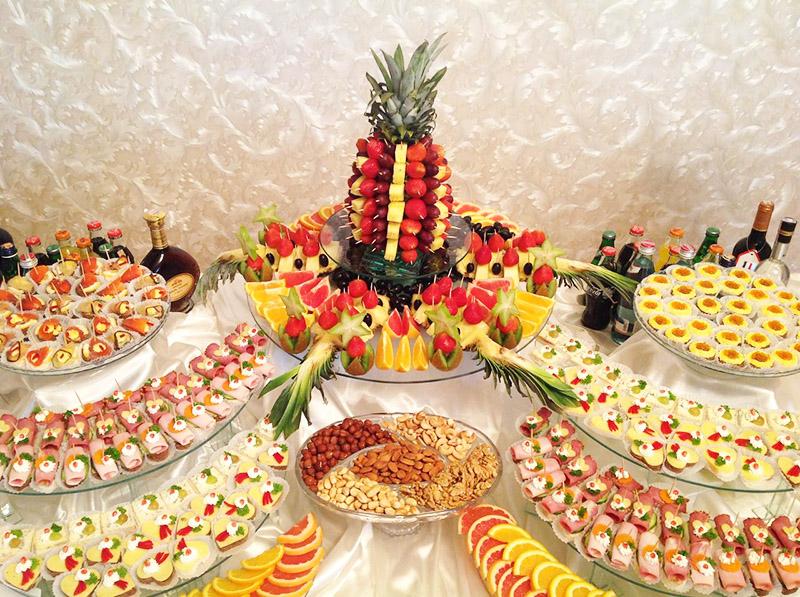 Если вы планируете пригласить много гостей, приготовьте много закусок